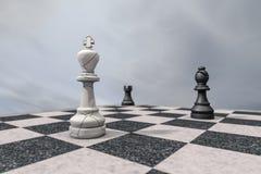 Checkmate, um rei quebrado em um tabuleiro de xadrez ilustração royalty free