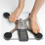 Checkng ihr Gewicht Lizenzfreies Stockbild