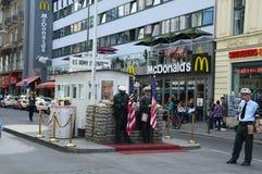 Checkpoint Charlie berömd passage mellan den västra och östliga Berlin under kalla kriget För anseendevakt för amerikansk soldat  royaltyfri fotografi