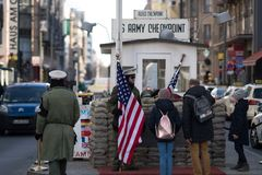Checkpoint Charlie in Berlijn stock foto
