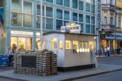 Checkpoint Charlie, eine Replik eines amerikanischen Grenzpfeilers des kalten Krieges in Berlin stockfoto