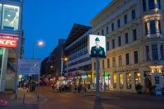 Checkpoint Charlie, eine Replik eines amerikanischen Grenzpfeilers des kalten Krieges in Berlin lizenzfreies stockfoto