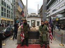 Checkpoint Charlie i Berlin, royaltyfri fotografi