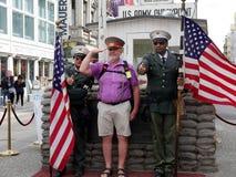 Checkpoint Charlie i mitt av Berlin Germany arkivfoto