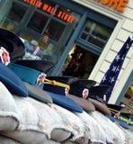 Checkpoint Charlie med sovjetiska militära lock på sandsäckar berlin germany Royaltyfria Bilder