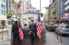 Checkpoint Charlie, sławny przejście między Zachodnim i Wschodnim Berlin podczas Zimnej wojny Amerykańskiego żołnierza pozyci str Obraz Stock