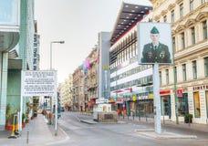 Checkpoint Charlie turystyczny przyciąganie w Berlin zdjęcia stock