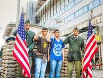 Checkpoint Charlie turystyczny przyciąganie w Berlin fotografia stock