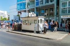 Checkpoint Charlie z turystą obrazy royalty free