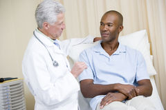 checkupdoktorsexamen som ger manlokal arkivbilder