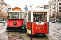 Checo Praga, el 24 de diciembre de 2016: El café inusual auténtico bajo la forma de viejo vintage real dos viaja en tranvía la si Foto de archivo