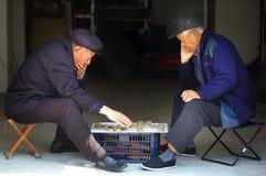 Échecs de Chinois de pièce de vieil homme Images libres de droits