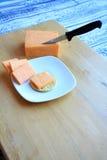 Cheddar-Käse-Block und -scheiben vertikal Lizenzfreies Stockbild