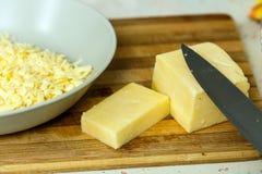 Cheddar-Käse geschnitten und zerrissen Lizenzfreie Stockfotos