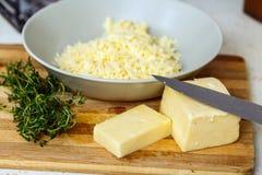 Cheddar-Käse geschnitten und zerrissen Stockbild