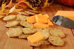 Cheddar-Käse- und Basilikumcracker Stockfotos