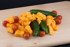 Cheddar, poivrons et tomates de Jalapeno Photographie stock libre de droits