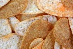 Cheddarkäse-Käse-und Speck-Chips schließen oben Stockbilder
