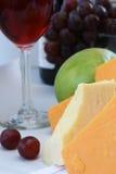 Cheddarkäsekäse mit Wein und Frucht Stockfotografie