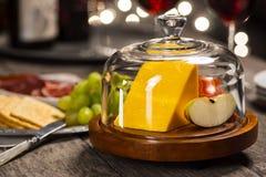 Cheddaru czerwone wino przy Wakacyjnym przyjęciem i ser Fotografia Stock