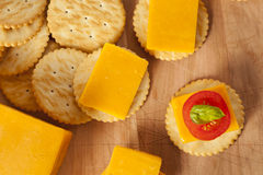 Chedder乳酪和薄脆饼干开胃菜 图库摄影