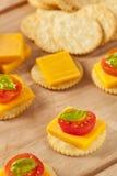 Chedder乳酪和薄脆饼干开胃菜 免版税库存图片