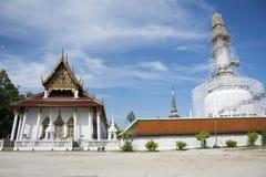 Chedi и ubosot Wat Phra Mahathat Woramahawihan в Nakhon Si Thammarat, Таиланде Стоковые Фотографии RF
