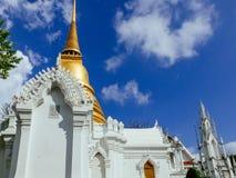 Chedi av kungligt cemetry med europén på Wat Ratchabopit Royaltyfri Bild