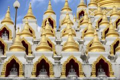 Chedi de Samphutthe perto de Wat Mani Phraison, Mae Sot, Tak, Tailândia Imagem de Stock