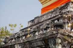 Chedi dourado de Wat Phra That Chang Kham Worawihan em Nan, Thail Imagens de Stock Royalty Free