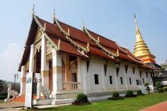 Chedi dourado de Wat Phra That Chang Kham Worawihan em Nan, Thail Imagem de Stock Royalty Free