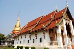 Chedi dourado de Wat Phra That Chang Kham Worawihan em Nan, Thail Fotos de Stock Royalty Free