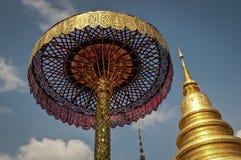 Chedi dourado e guarda-chuva cerimonial, Lamphun, Tailândia foto de stock royalty free