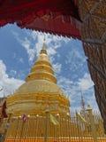 Chedi eller pagod i Wat Phra That Hariphunchai, en buddistisk tempel i Lamphun, Thailand Royaltyfria Bilder
