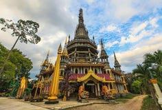 Chedi em Tiger Cave Temple, Krabi, ao sul de Tailândia fotografia de stock