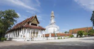 Chedi en ubosot van Wat Phra Mahathat Woramahawihan in Nakhon-Si Thammarat, Thailand Royalty-vrije Stock Foto's