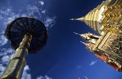 Chedi et parasol dans un temple bouddhiste Image libre de droits