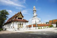 Chedi et ubosot de Wat Phra Mahathat Woramahawihan dans Nakhon Si Thammarat, Thaïlande Image stock