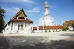 Chedi et ubosot de Wat Phra Mahathat Woramahawihan dans Nakhon Si Thammarat, Thaïlande Photographie stock