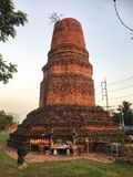 Chedi Hak o stupa roto viejo, uno del centro de la ciudad arqueológico historial del sitio adentro de la ciudad de Ratchaburi Foto de archivo libre de regalías