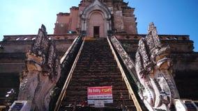 Chedi Luang con 2 Naga trasporta fuori la panoramica su autocarro video d archivio