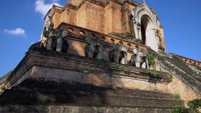 Chedi Luang en Chiang Mai, Tailandia en día soleado brillante con el cielo azul claro metrajes