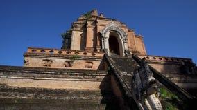 Chedi Luang en Chiang Mai, Tailandia en día soleado brillante con el cielo azul claro almacen de video