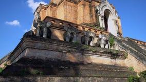 Chedi Luang en Chiang Mai, Tailandia en día soleado brillante con el cielo azul claro almacen de metraje de vídeo