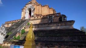 Chedi Luang w Chiang Mai, Tajlandia na jaskrawym słonecznym dniu z jasnym niebieskim niebem zbiory wideo