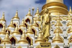 Chedi Samphutthe κοντά στο ναό Wat Mani Phraison, πόλη του μέθυσου της Mae, επαρχία Tak, Ταϊλάνδη στοκ φωτογραφία