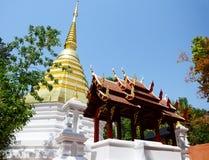 Chedi von Wat Phra Kaew Temple in Chiang Rai, Thailand Lizenzfreies Stockfoto