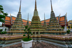 Chedis содержа реликвии Будды на историческом Wat Pho в Бангкоке, Таиланде Стоковое Изображение RF