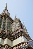 Chedis y baldosa cerámica en Wat Pho Imagenes de archivo