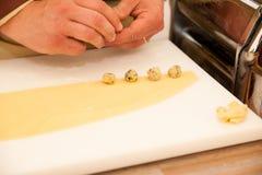 Cheef che rende a pasta di zlikrofi specialità lokal in Idrija Slovenia Fotografia Stock